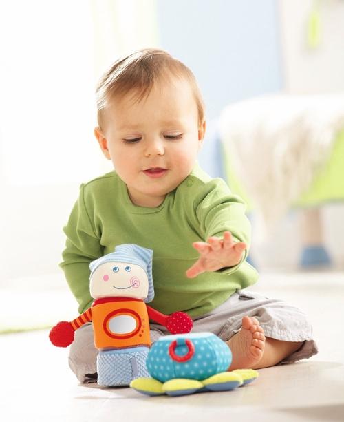 bé ngồi để bé lấy đồ chơi và chơi với nó