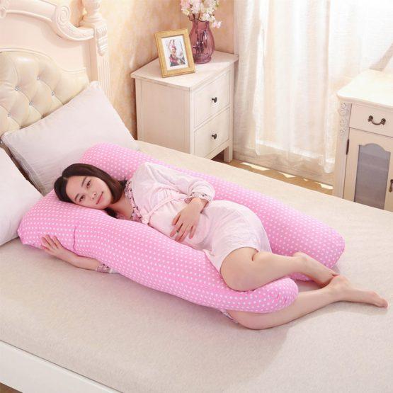 Bà bầu nên nằm nghiêng khi ngủ và có thể dùng thêm gối chữ U để giảm đau lưng