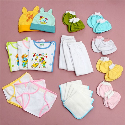 áo, quần dài, tã dán, khăn sữa, bao tay, bao chân, nón sẽ giúp các mẹ chăm sóc bé yêu dễ dàng hơn
