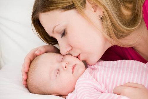 Mẹ hãy dần tập cho bé bỏ thói quen đòi bế khi ngủ