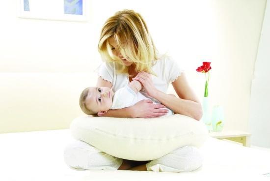 Gối tự may kê cho bé bú mẹ